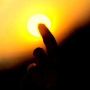 Pretenden tapar el sol con un dedo