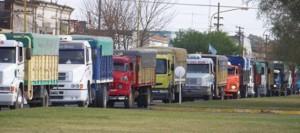 Transportistas de carga bloquean plantas de acopio