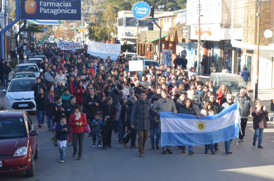 Tarifas: culpan al pueblo para ocultar las políticas que siguen llenando los bolsillos de los monopolios