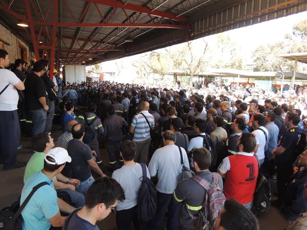 Trabajadores de Acindar se plantan frente al intento de ajuste