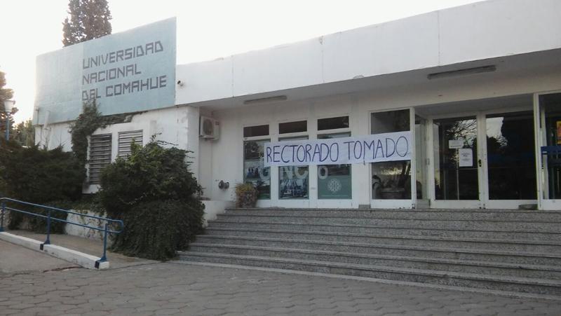 """Ante los ataques de la patronal, el Estado y el """"progresismo"""", los trabajadores de la UNCo responden con dignidad"""