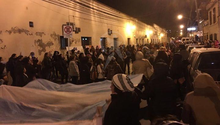 URGENTE SALTA: Reprimen a los docentes autoconvocados en la Casa de Gobierno